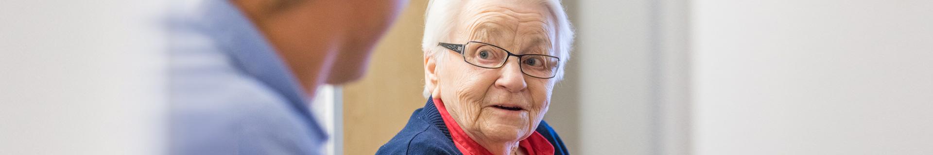 Ältere Frau schaut in die Kamera
